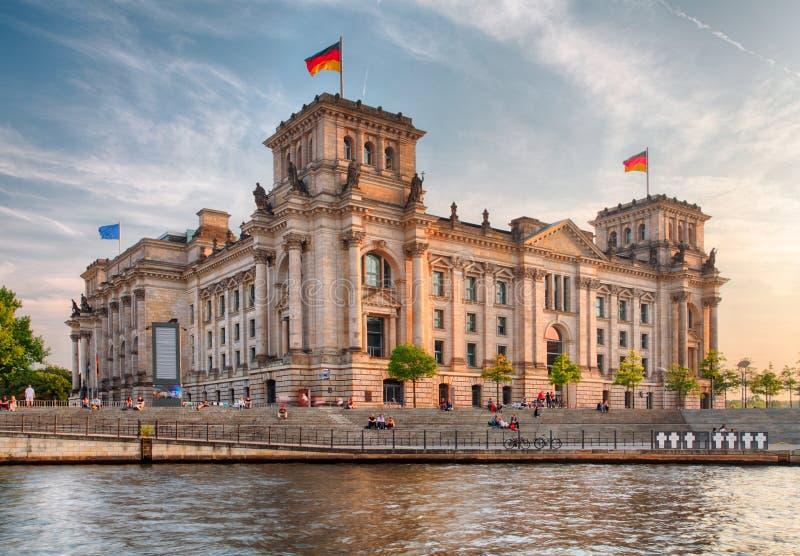 Здание Reichstag в Берлине: Немецкий парламент стоковая фотография rf