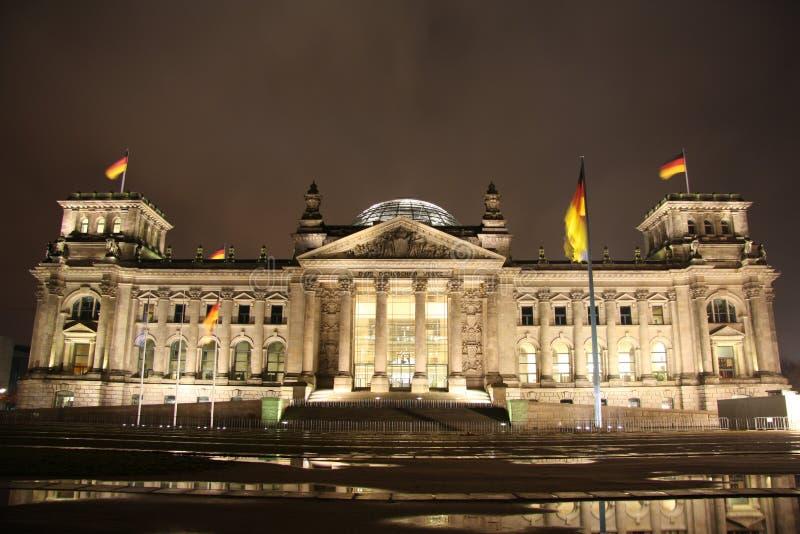 Здание Reichstag в Берлин на ноче стоковое изображение rf