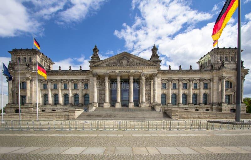 Здание Reichstag и немецкие флаги, Берлин стоковое изображение