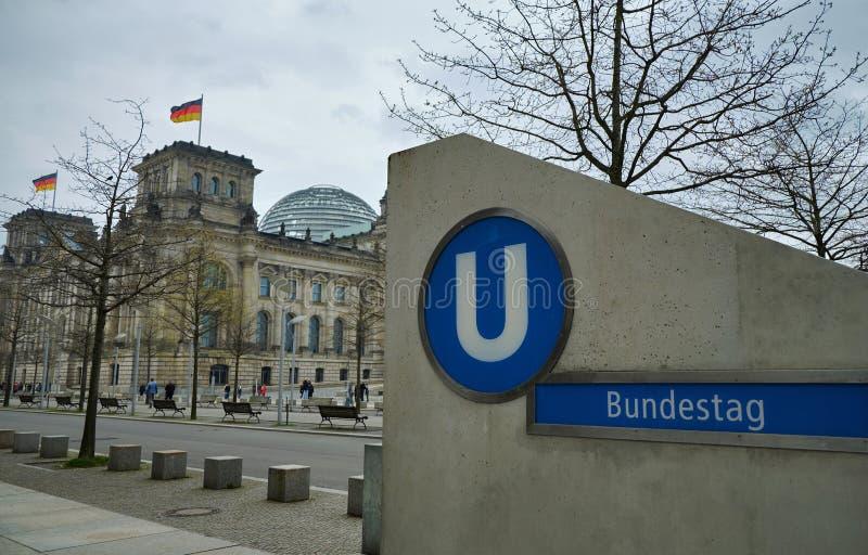 Здание Reichstag и станция метро Германского Бундестага U-Bahn стоковое изображение