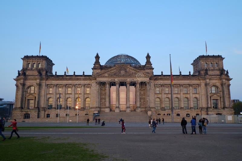 Здание Reichstag на заходе солнца стоковые фото