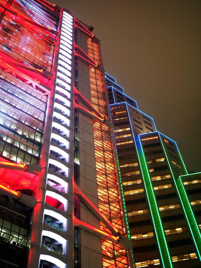 Здания банка которые освещают вверх город Гонконга стоковые фото