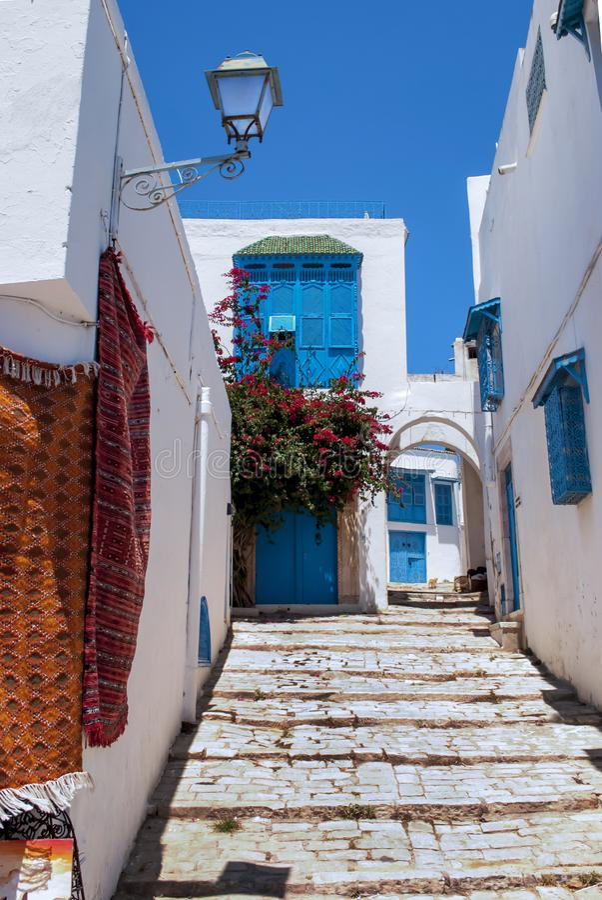 Здания белого голубого города с каменной лестницей и фонариком стоковое фото