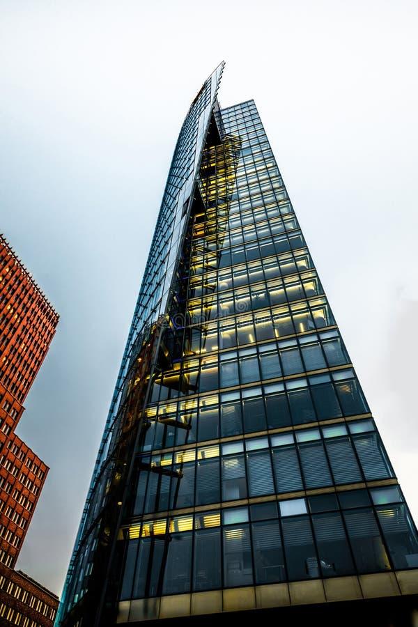 2 здания высотного здания современных против неба стоковая фотография rf