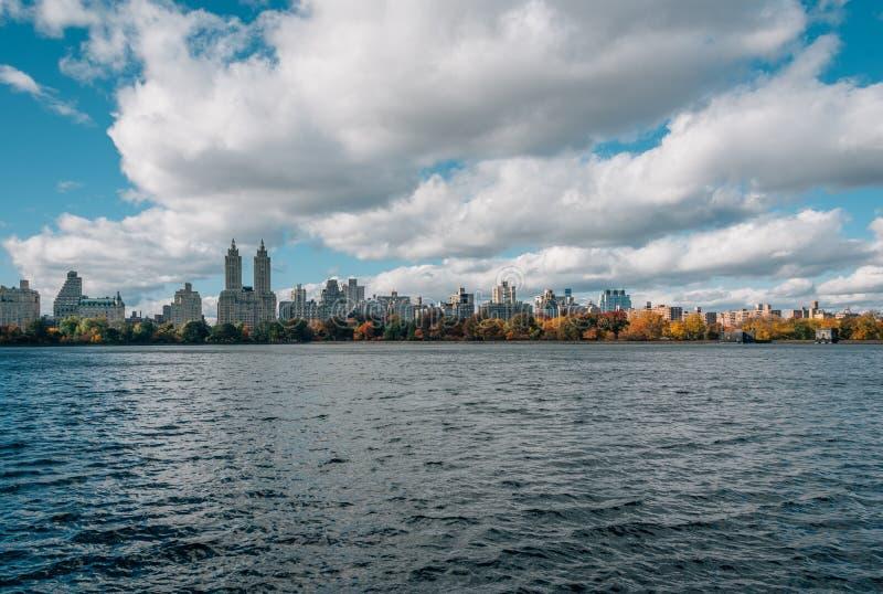 Здания в верхней западной стороне и резервуаре Жаклин Кеннеди Onassis, в центральном парке, Манхэттен, Нью-Йорк стоковое изображение