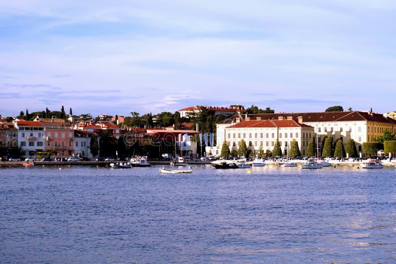 Здания в которых они были произведенными сигаретами в городке Rovinj на полуострове Istrian внутри стоковые изображения rf