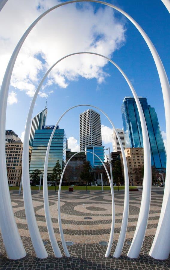 Здания города за скульптурой Spanda в Перте, Австралии стоковое фото rf