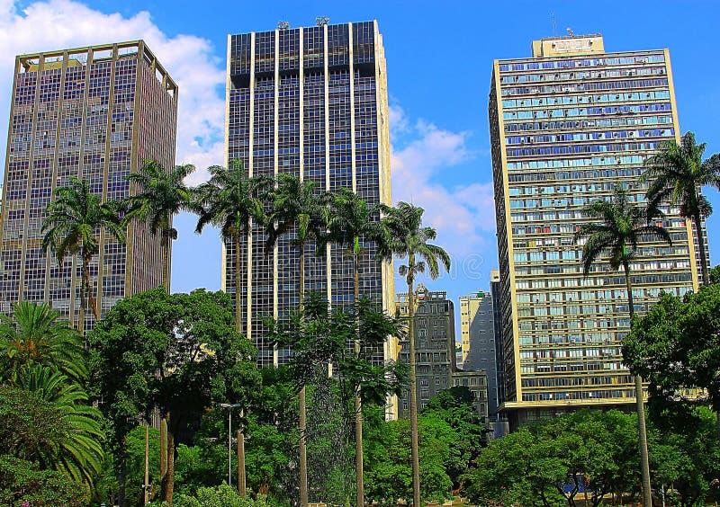 Здания за пальмами стоковая фотография rf
