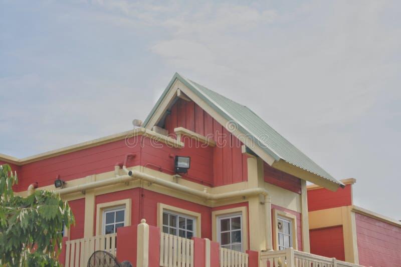 Здания или укрытия в разделе крыши с предпосылкой неба стоковое изображение