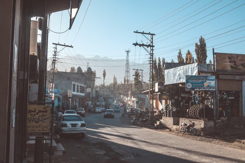 Здания и корабли вдоль улицы в городе Skardu, Пакистана стоковые изображения rf