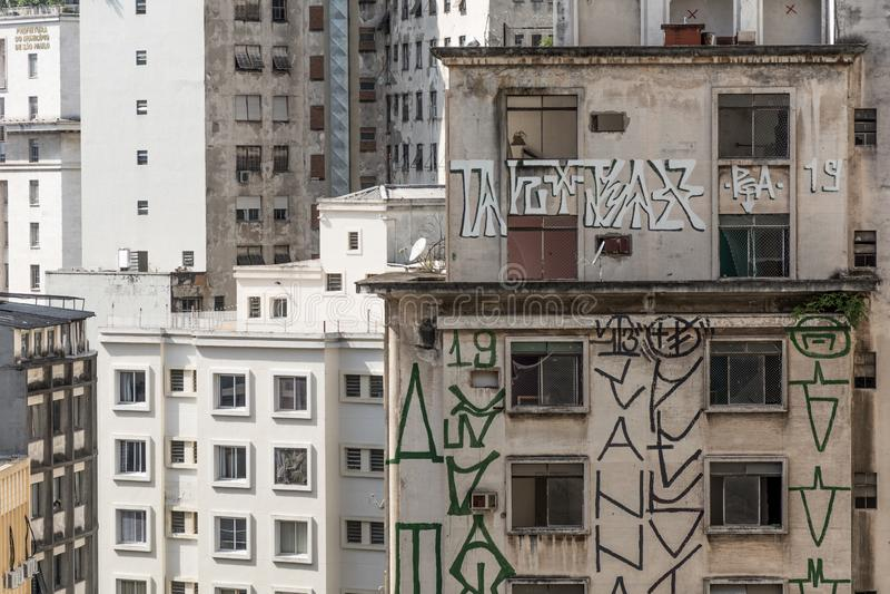 Здания и окна с некоторыми граффити толпить как anthill, в Сан-Паулу, Бразилия стоковое изображение