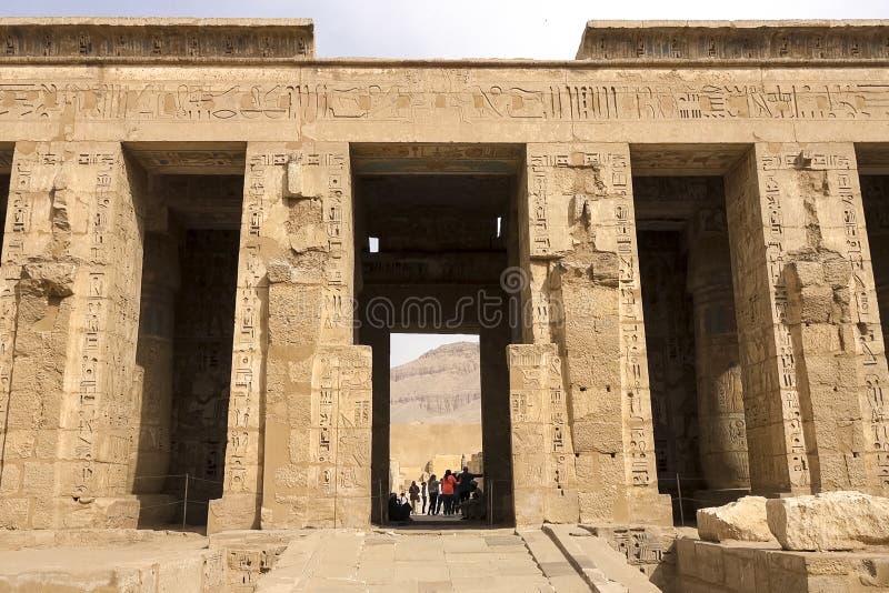 Здания и столбцы старых египетских мегалитов Старые руины египетских зданий стоковые фото