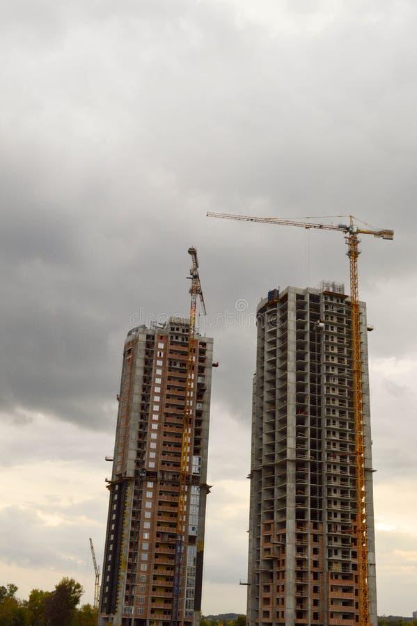 2 здания и 2 строя крана стоковые изображения rf