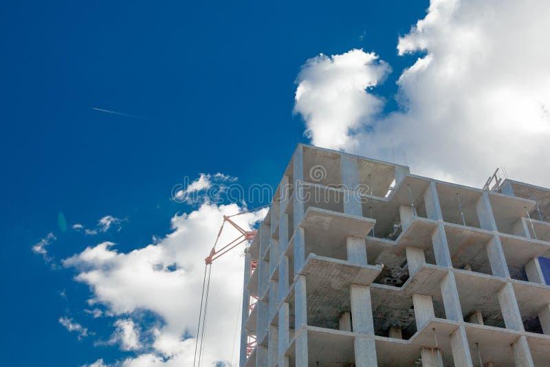 Здания мульти-этажа высотного здания под конструкцией Краны башни около здания Деятельность, архитектура, процесс развития, стоковые изображения