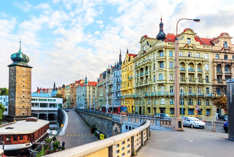 Здания Праги старые, взгляд от моста Jirasek около танцев стоковое фото rf