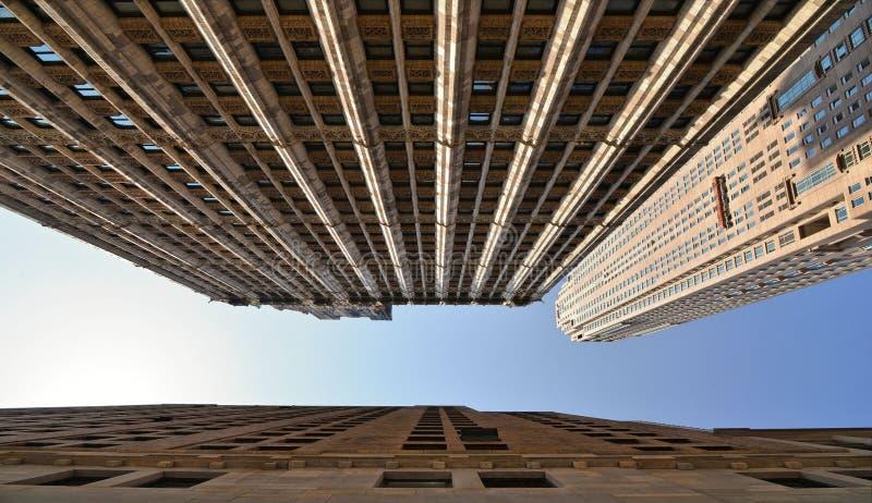 здания, современная и старая архитектура и голубое небо в Манхэттене в Нью-Йорке стоковые изображения rf