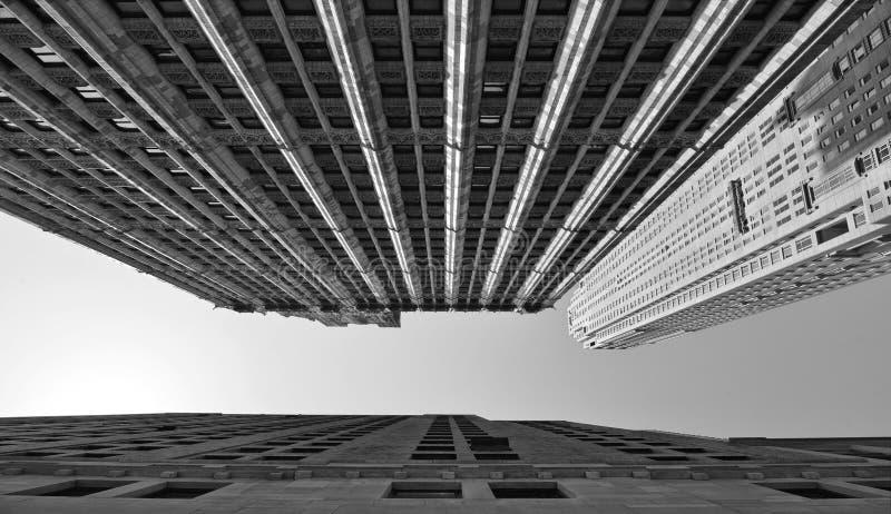 здания, современная и старая архитектура и голубое небо в Манхэттене в Нью-Йорке стоковые фотографии rf