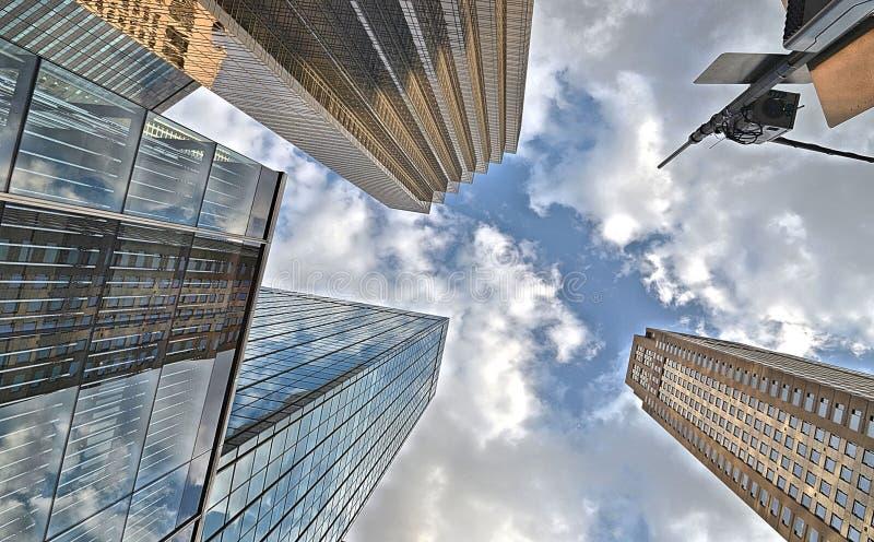 Здания, современные и старые здания архитектуры и небоскребы и голубое облачное небо в Манхэттене в Нью-Йорке стоковые изображения