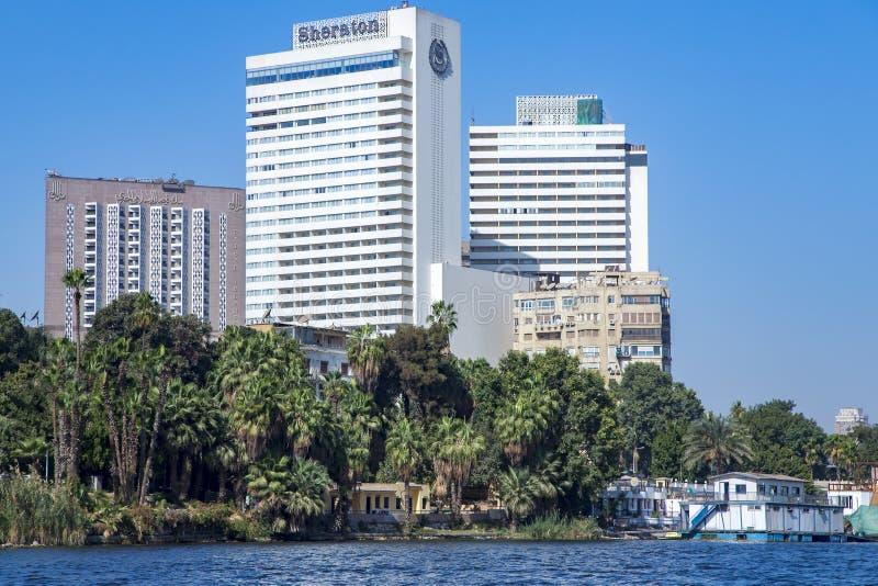 Здания современных гостиниц среди пальм на riversaid Ниле стоковое фото
