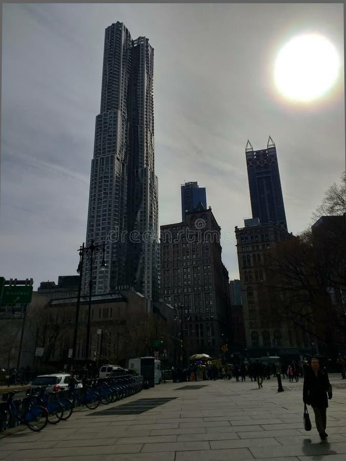 Здания NY более низкие Манхэттена с солнцем в предпосылке Апрель 2018 стоковое изображение rf