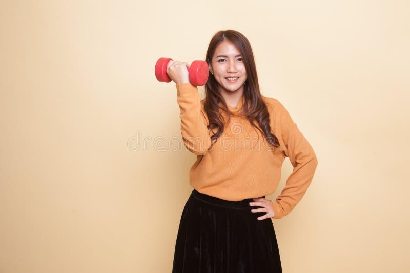 Здоровая азиатская женщина с гантелями стоковые фото
