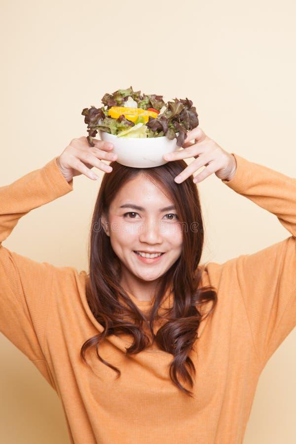 Здоровая азиатская женщина с салатом стоковая фотография