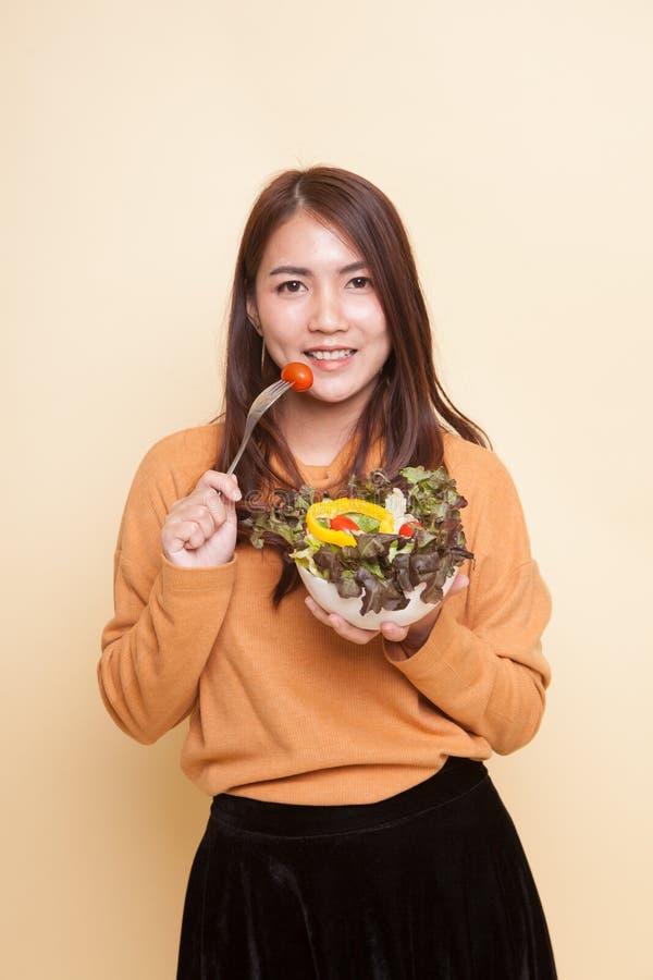 Здоровая азиатская женщина с салатом стоковое фото