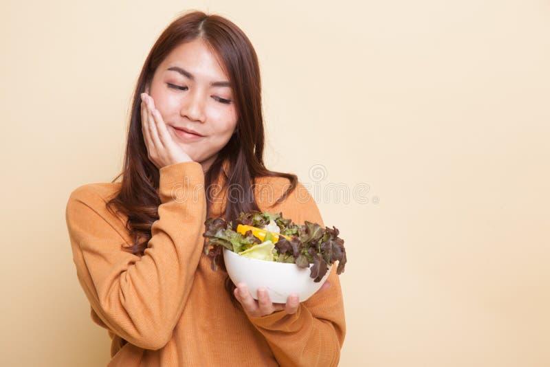 Здоровая азиатская женщина с салатом стоковая фотография rf