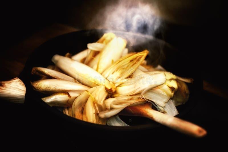 Здоровая варя концепция с свежими бельгийскими эндивиями в лотке соуса стоковое изображение