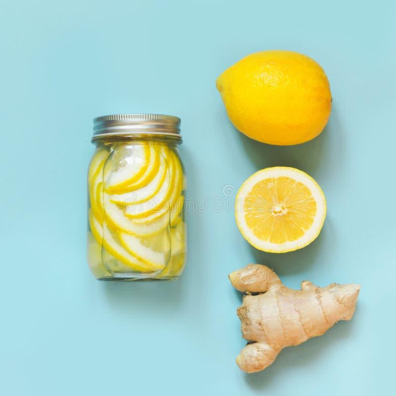 Здоровая вода вытрезвителя с имбирем и citrucs в опарнике каменщика на предпосылке сини пунша здоровье стоковые изображения rf