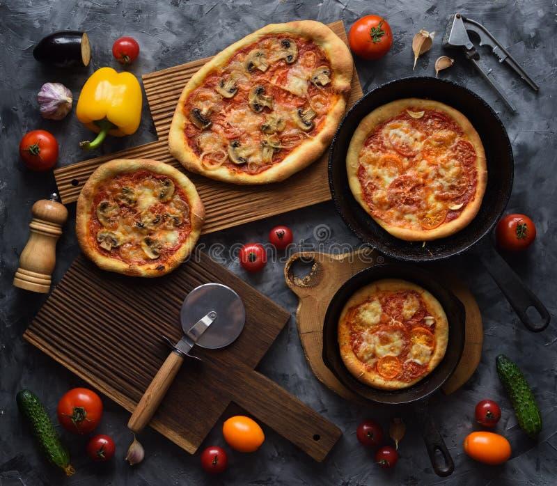 Здоровая домодельная вегетарианская еда Деревенские свежо испеченные пиццы с грибами и томатами с сырцовыми ингредиентами на темн стоковые изображения rf