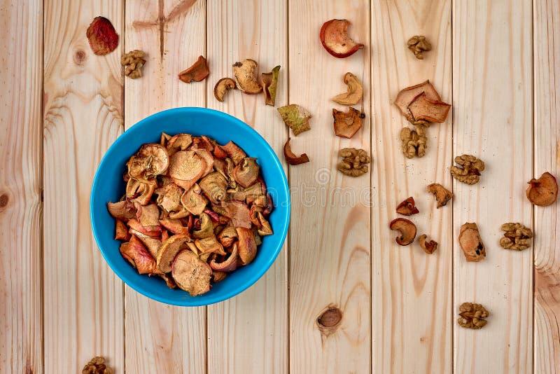 Здоровая еда: высушенные яблоки на плите Взгляд сверху стоковые изображения