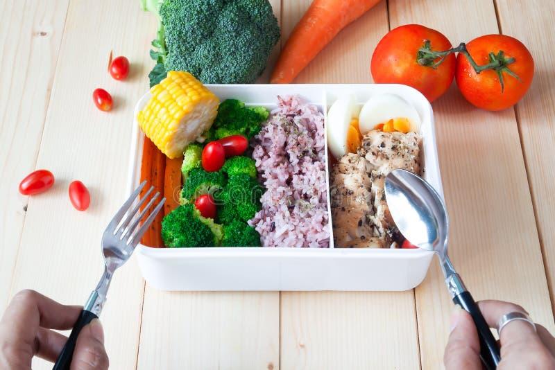 Здоровая еда в коробке для завтрака с овощами, моркови, брокколи, ric стоковое фото rf