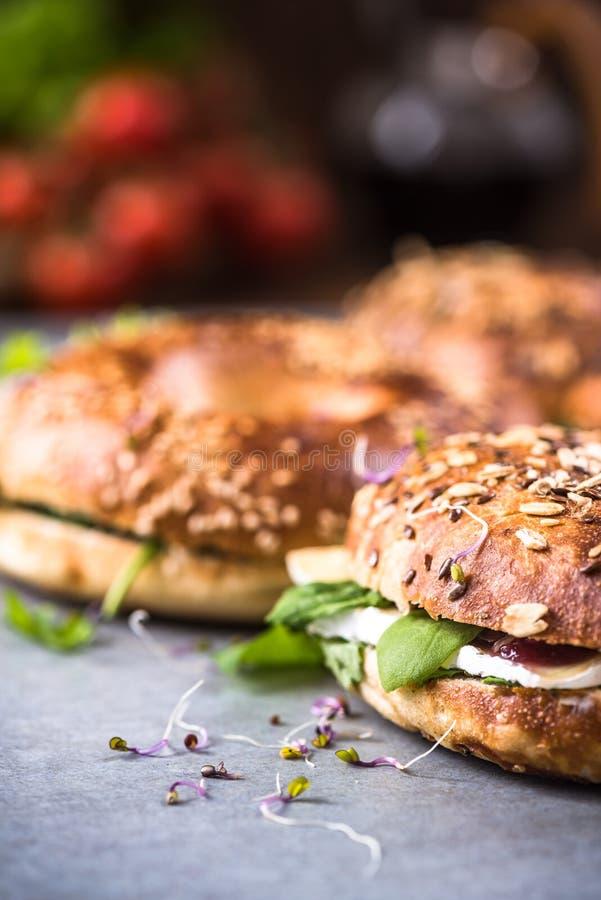 Здоровая еда, домодельные бейгл, закрывает вверх по взгляду стоковое изображение rf