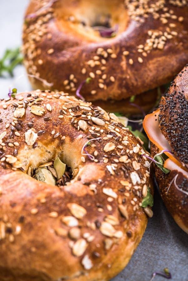 Здоровая еда, домодельные бейгл, закрывает вверх по взгляду стоковые фотографии rf