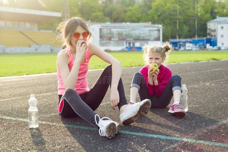 Здоровая еда и здоровый образ жизни в детях, подросток девушки стоковые изображения rf