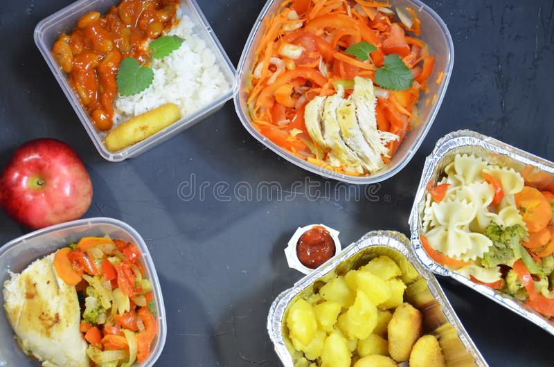 Здоровая еда и концепция диеты, доставка блюда ресторана Примите прочь еды фитнеса Питание потери веса в коробках фольги ест и стоковое фото rf