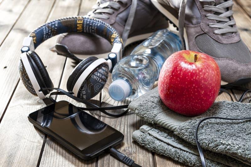 Здоровая еда и оборудование для отдыха и внешних спорт, на деревенской деревянной предпосылке стоковые изображения rf