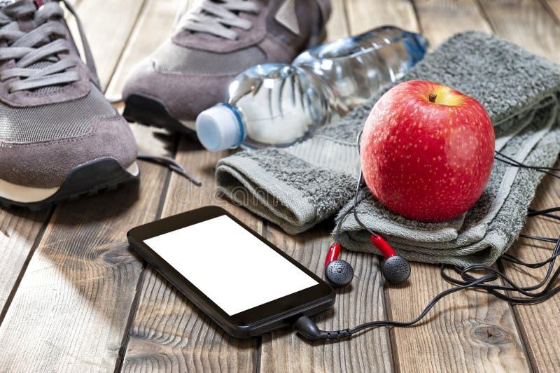 Здоровая еда и оборудование для отдыха и внешних спорт, на деревенской деревянной предпосылке стоковая фотография