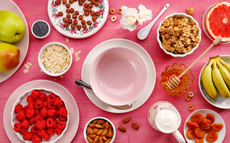 Здоровая еда Набор продуктов для подготовки здорового вегетарианца и питательной еды, granola, йогурта, плодов и гаек, взгляда св стоковая фотография