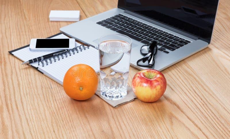 Здоровая еда с чистым настольным компьютером дела или образования на деревянном стоковая фотография