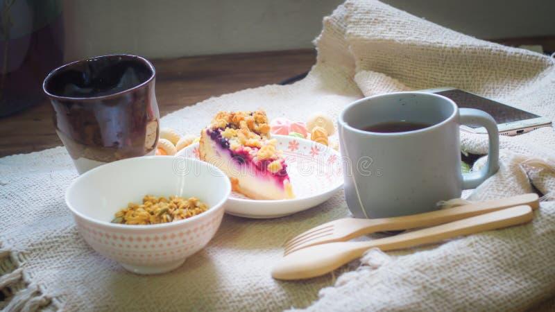 Здоровая еда утра Греческий плод йогурта, хлопьев и кивиа в стекле стоковое изображение