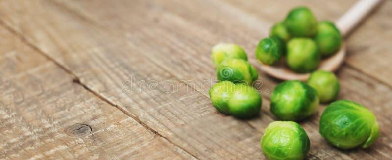Здоровая еда brussel - пускайте ростии космос экземпляра знамени предпосылки капусты деревенский деревянный стоковые изображения rf