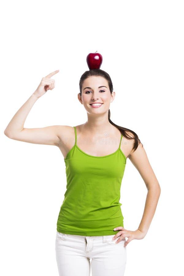 Здоровая женщина указывая к яблоку стоковые изображения