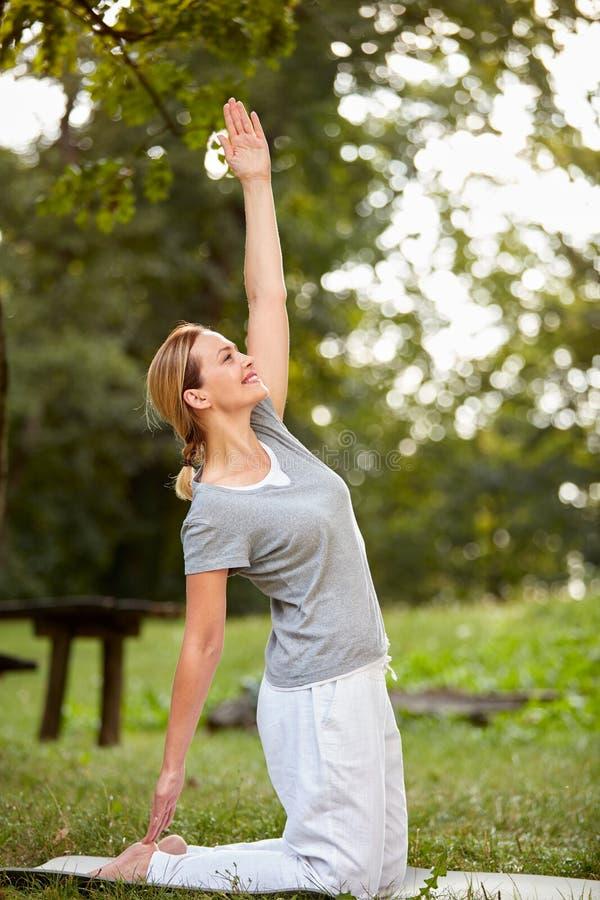 Здоровая жизнь с тренировками тела в природе стоковые изображения