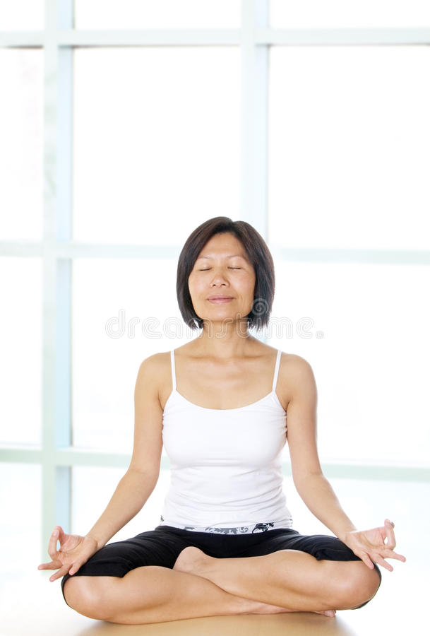 здоровая йога женщины практики стоковые изображения