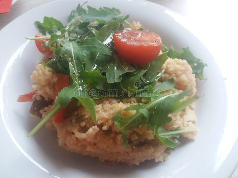 Здоровая кухня - кускус с свежими томатами и arugula стоковое изображение rf