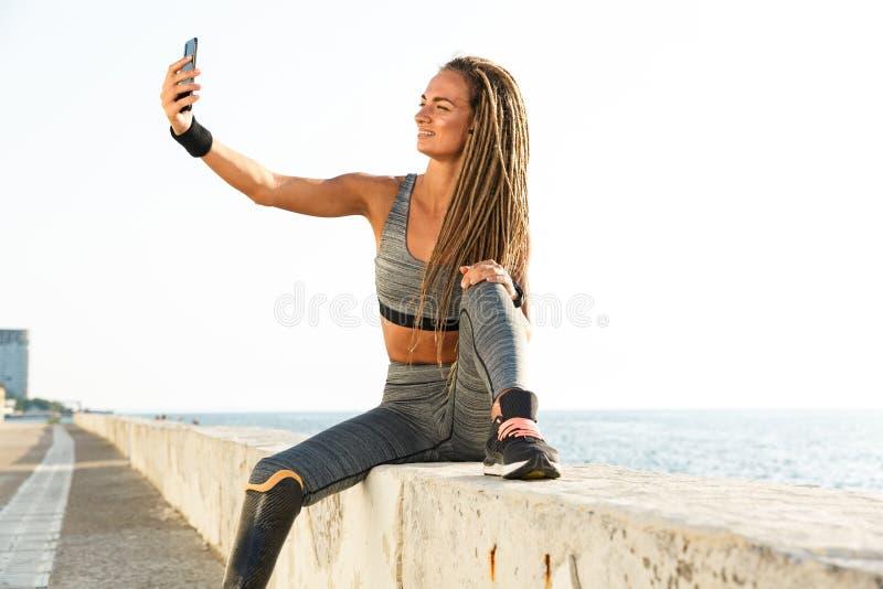 Здоровая неработающая женщина спортсмена с простетической ногой стоковое фото rf