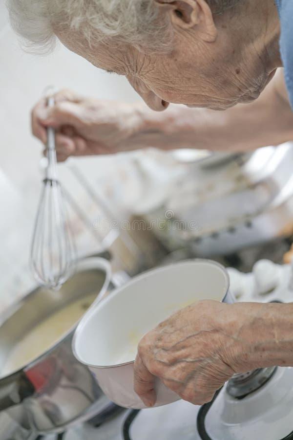 Здоровая старшая женщина подготавливая еду стоковые изображения