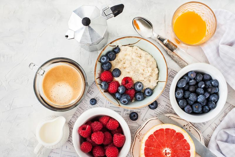 Здоровая таблица завтрака с кашой овсяной каши, свежими ягодами стоковое фото